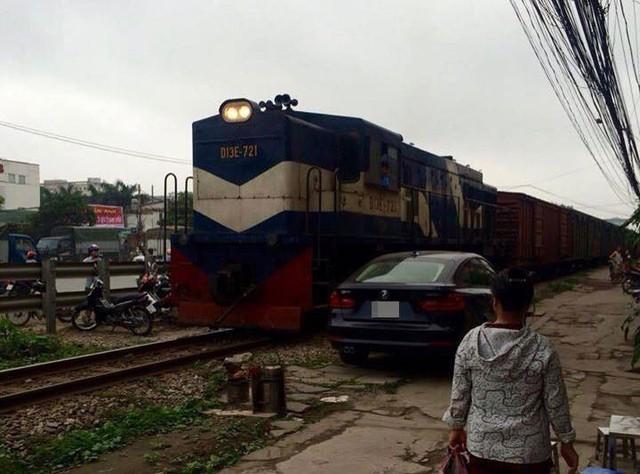 Chiếc BMW đỗ sát đường ray khiến tàu phải dừng lại để tránh va chạm (Ảnh: Nguyễn Xuân Sơn/Otofun).