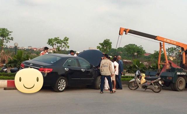 Chiếc Toyota Camry gác bánh lên dải phân cách