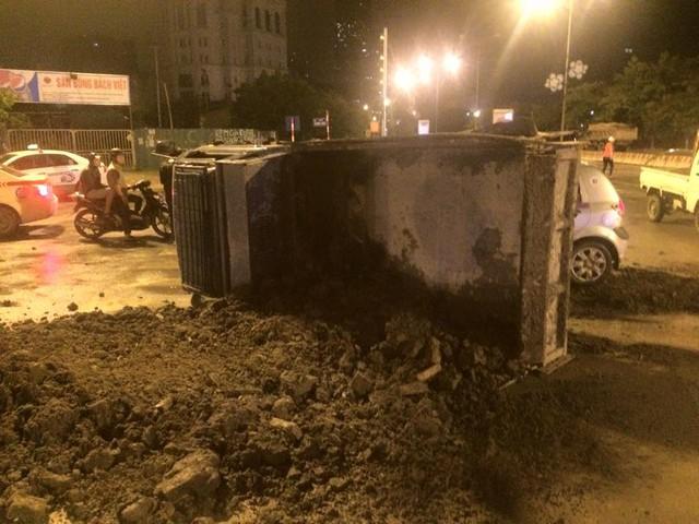 Đất trong thùng xe tải đổ vương vãi ra đường (Ảnh: Lê Thăng/Otofun).