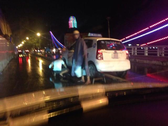 Một chiếc taxi cũng leo lên dải phân cách. Ảnh: Dương Puma/Otofun