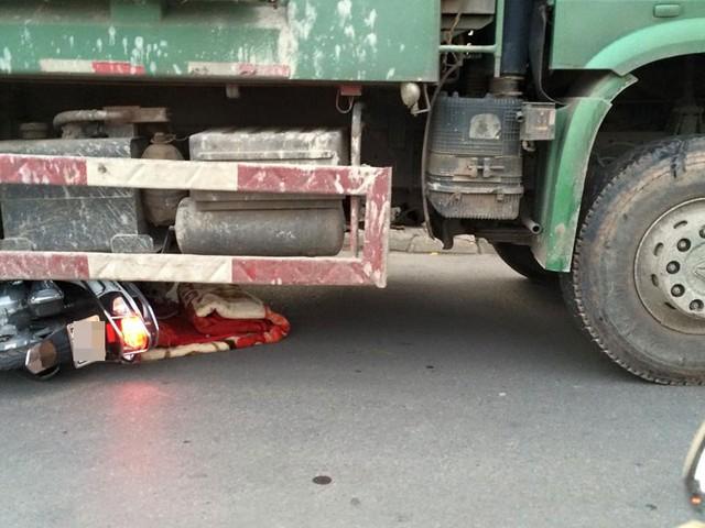 Chiếc xe máy bị cuốn vào gầm ô tô tải. Ảnh: Trung Thành/Otofun