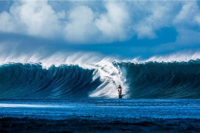 Cảnh đợt sóng dâng lên đằng sau lưng Maddo trong đoạn cuối của video.