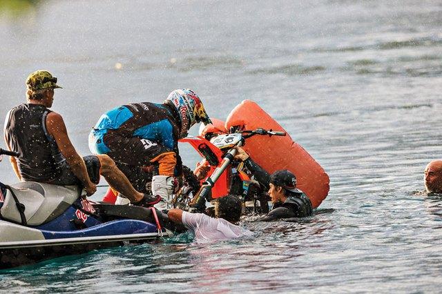 Chiếc cào cào KTM 250 SX độ của Maddison có túi khí để không bị chìm nghỉm dưới nước.