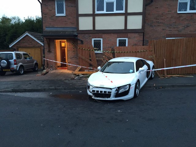 Chiếc siêu xe Audi R8 màu trắng đời cũ bị hư hỏng đáng kể.