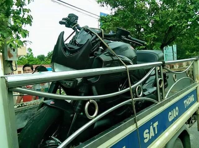 Đầu xe bị hư hỏng đáng kể trong vụ tai nạn. Ảnh: Facebook