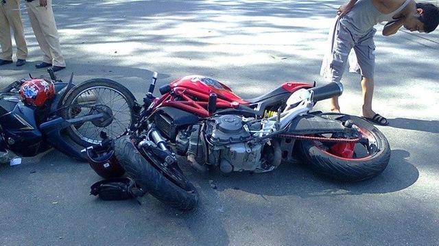 Hiện trường vụ tai nạn giữa Ducati Monster 795 và Yamaha Sirius. Ảnh: Phạm Khoa