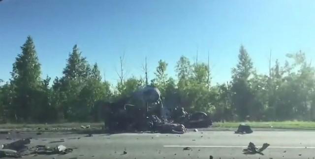 Các mảnh vỡ của chiếc Hyundai Solaris nằm vương vãi trên mặt đường.