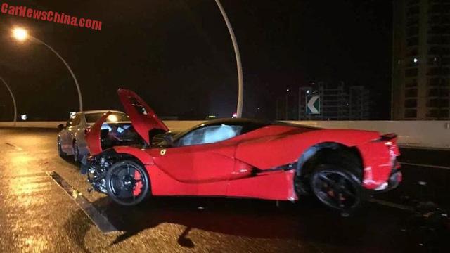 Chiếc siêu xe Ferrari LaFerrari bị hư hỏng nặng sau vụ tai nạn.