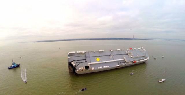 Chiếc tàu chở hàng vẫn đang bị mắc cạn.