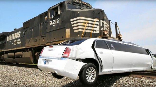 Chiếc limousine bị hư hỏng nặng sau vụ tai nạn.