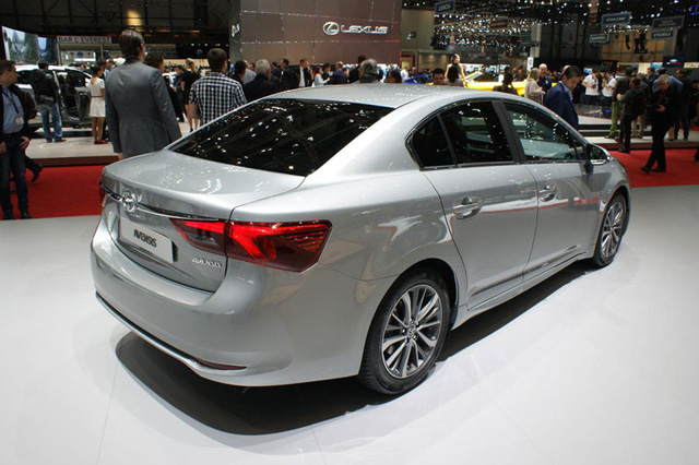 Toyota Avensis 2015 với kiểu dáng sedan