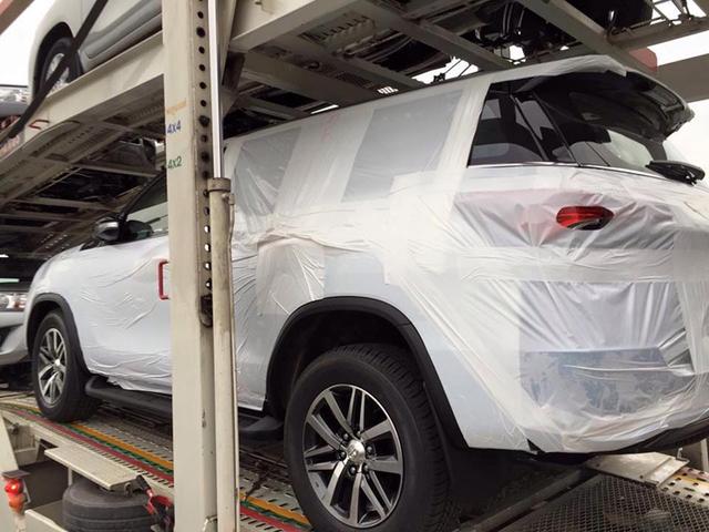 Toyota Fortuner 2016 được vận chuyển bằng xe đầu kéo cùng với Hilux tại Thái Lan.