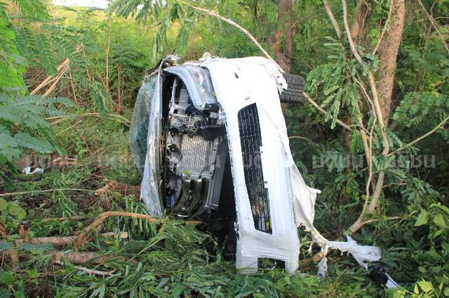 Một chiếc Toyota Hilux 2016 rơi ra khỏi thùng chở hàng của xe Isuzu và bị hư hỏng nặng.