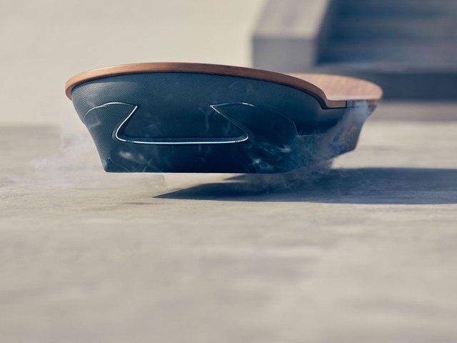 Ván trượt bay nằm lơ lửng trên mặt đất nhờ nam châm vĩnh cửu và bề mặt bằng kim loại bên dưới.