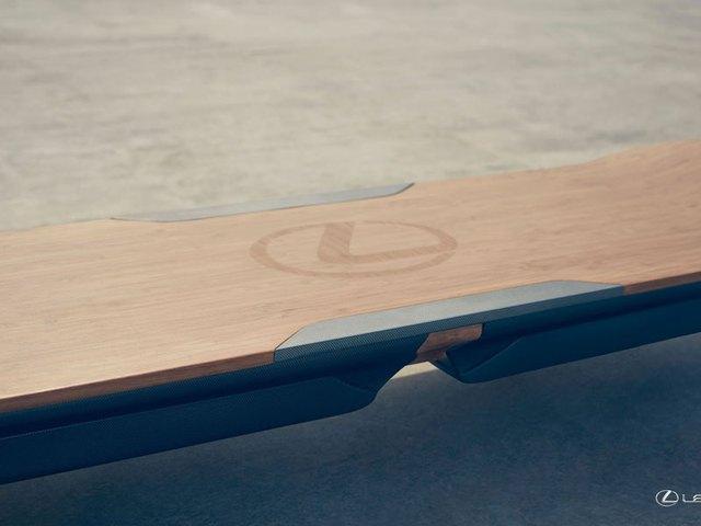 Bề mặt bằng gỗ với logo Lexus của ván trượt bay.