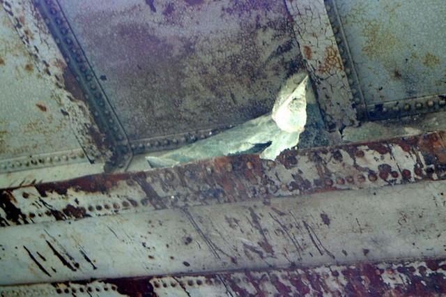 Mảnh vỡ của xe Ford mắc vào gầm cầu.