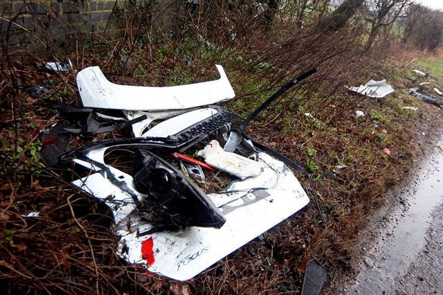 Mảnh vỡ xe Ford nằm vương vãi bên lề đường.