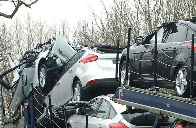 Những chiếc xe Ford bị hư hỏng nặng sau vụ tai nạn.