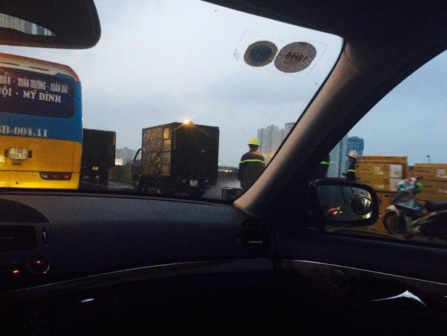 Hiện trường chiếc xe tải bị cháy trên đường cao tốc. (nguồn: otofun/ Tuấn Linh)