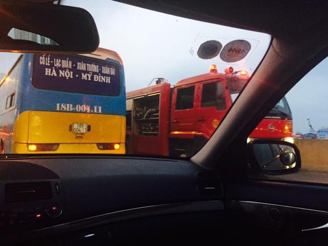 Xe cứu hoả đi ngược lên đường cao tốc trên cao để đến hiện trường. (Ảnh: Tuấn Linh/Otofun)
