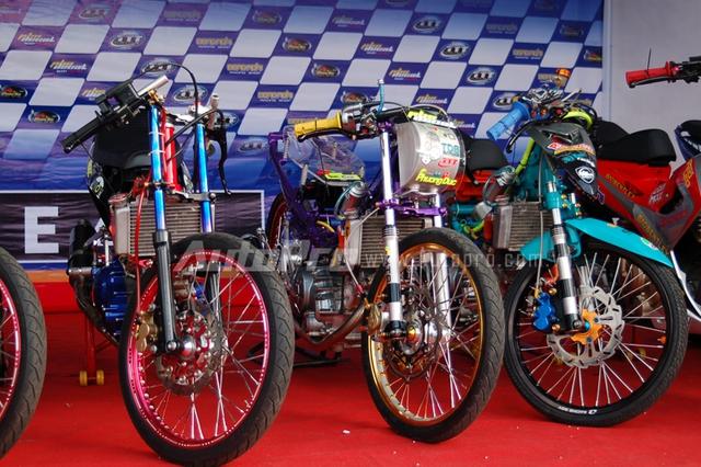 Những chiếc xe máy được độ theo phong cách Dragbike cũng thu hút nhiều khách tham quan.