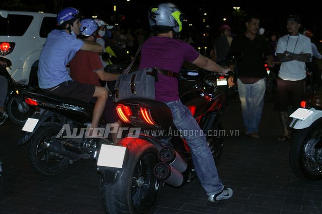 Ducati Diavel xuất hiện trong buổi lễ cầu hôn của một biker.