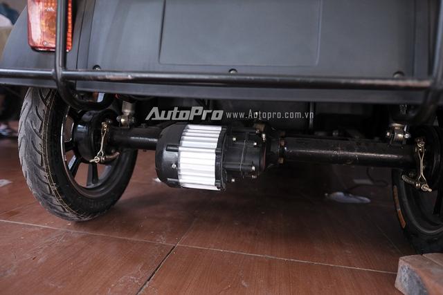 Motor điện dẫn động cầu sau của chiếc xe.