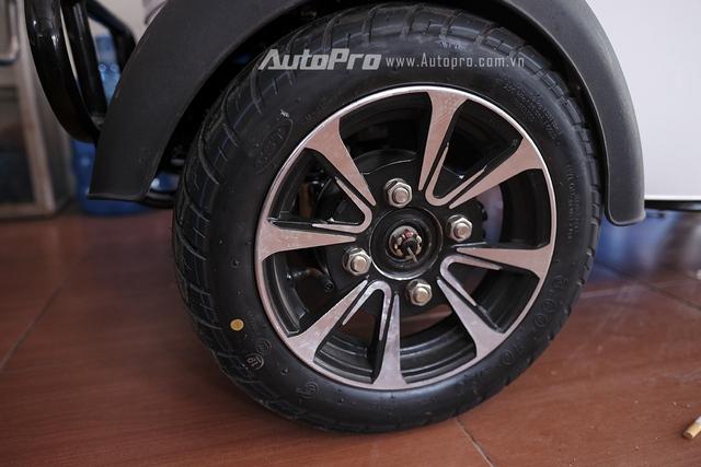 Lốp trước của xe được trang bị phanh đĩa.