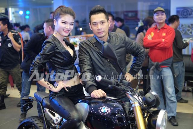 Một biker cùng chiếc xe BMW R nineT.