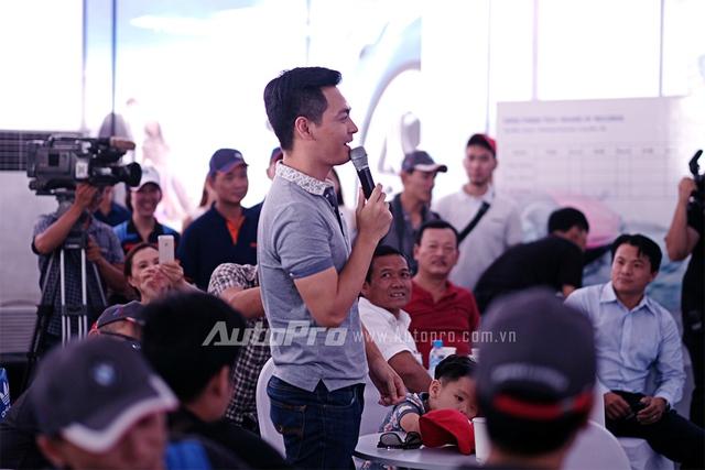 """MC Phan Anh rất tự tin khi thách thức những tay lái khác """"chạy đua"""" về kết quả luyện tập trong buổi tập huấn của BMW và Mini."""