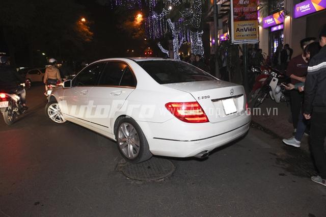 Mercedes C200 với tài xế riêng đưa Hồ Ngọc Hà rời khỏi địa điểm diễn.