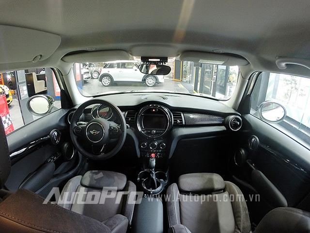 Toàn cảnh hàng ghế trước của MINI Cooper S phiên bản 5 cửa.