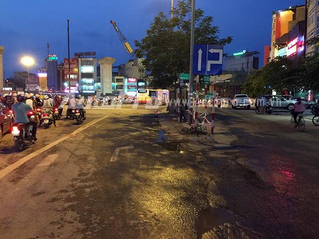 Làn rẽ phải dành cho các phương tiện đi từ Nguyễn Xiển rẽ vào Nguyễn Trãi và đường nhỏ bên cạnh.