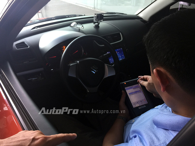 Kỹ thuật viên Suzuki sử dụng máy chuyên dụng để kiểm tra hệ thống Swift.