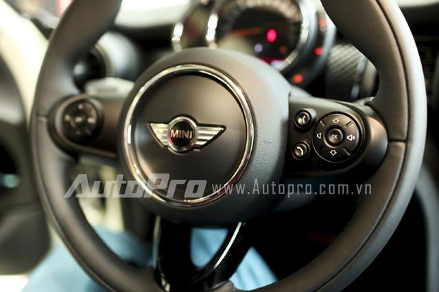Vô-lăng xe tích hợp nhiều nút bấm như tăng chỉnh âm lượng, voice control,...