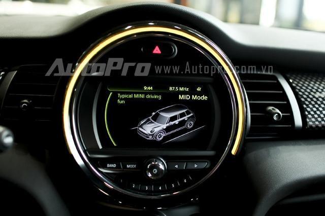 Và đèn vàng báo hiệu chế độ Mid, phù hợp với tình huống bình thường, mang lại cảm giác thoải mái cho người lái.