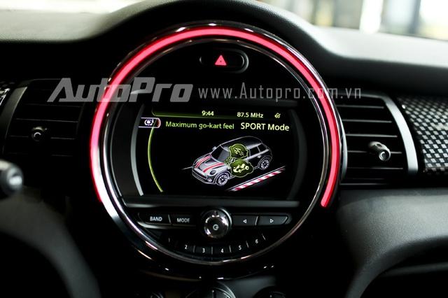 Với chế độ Sport, đèn viền của bảng điều khiển sẽ chuyển sang màu đỏ.