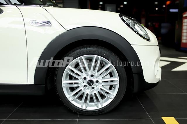 Bộ lốp Runflat với mâm hợp kim tiêu chuẩn 16 inch màu bạc