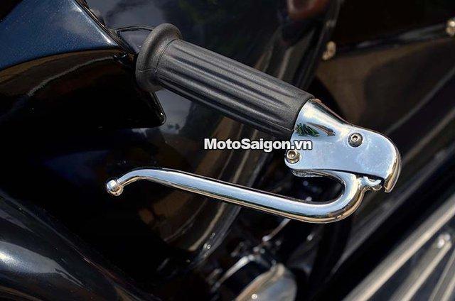 Tay côn với thiết kế cổ điển, thao tác sang số cũng giống xe môtô thông thương nhưng cần số chân của Mamus đã được thay bằng cần số tay giống xe hơi