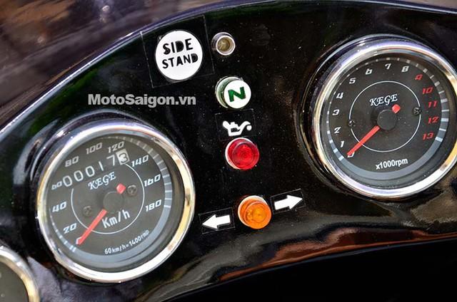 Đồng hồ cơ analog kiểu cổ điển. Ở giữa là đèn báo chân chống, số mo, báo động cơ và xi-nhan