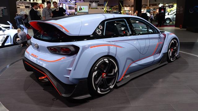 Ở đằng sau, Hyundai RN30 được trang bị cánh gió đuôi cỡ lớn, mở rộng lên đến tận nóc xe. Cánh gió này tạo ra lực ép xuống mặt đường, tăng độ bám khi xe chạy ở tốc độ cao. Bên dưới là bộ khuếch tán gió cỡ lớn và 2 ống xả bằng gốm nằm giữa.