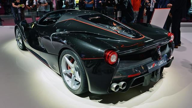 Được biết, 200 đại gia kể trên đã phải chi số tiền lên đến 1,86 triệu Euro, tương đương 2 triệu USD, để sở hữu Ferrari LaFerrari Aperta. Như vậy, Ferrari LaFerrari Aperta đắt hơn đáng kể so với phiên bản coupe vốn có giá khởi điểm khoảng 1,3 triệu Euro, tương đương 1,7 triệu USD.