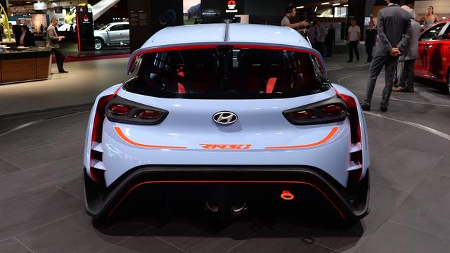 Trong khi đó, Hyundai i30 thế hệ mới tiêu chuẩn chỉ được trang bị hệ dẫn động cầu trước. Ngoài ra, Hyundai RN30 còn có bộ khóa vi sai hạn chế trượt điều khiển điện tử giúp cải thiện độ ổn định của xe khi ôm cua.