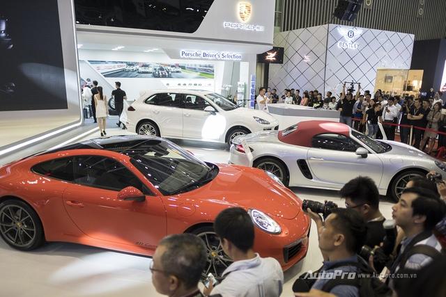 Các mẫu xe được trưng bày trong gian hàng của Porsche Việt Nam.