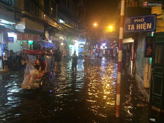 Khu vực phố cổ như Tạ Hiện, Lương Ngọc Quyến cũng đã lâm vào cảnh đường bộ cũng như đường thuỷ sau trận mưa vào tối ngày 20/8. Ảnh: Kenh14.vn
