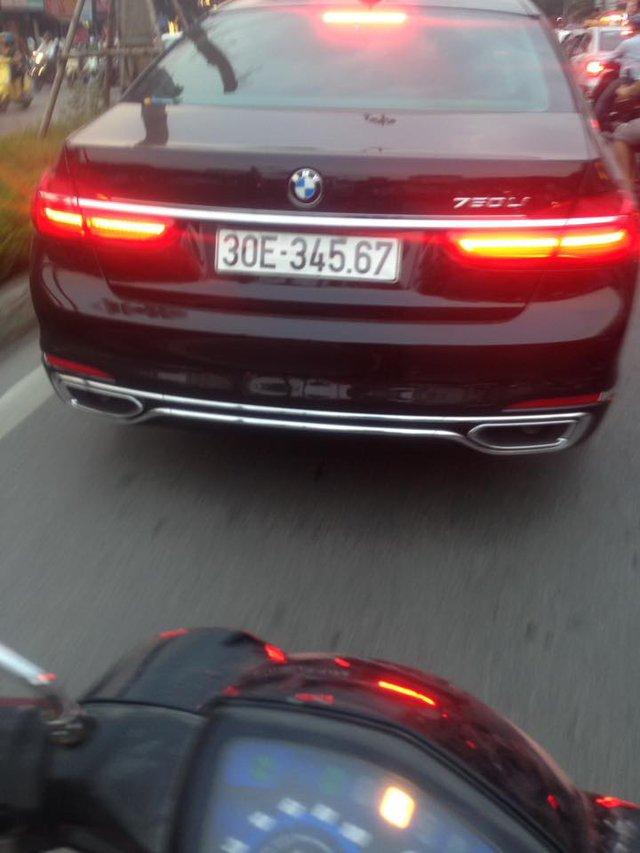 Cũng vì thế, sự xuất hiện của một chiếc BMW 750Li 2016 trị giá 6,5 tỷ Đồng trên phố Hà thành ngay lập tức nhận được nhiều sự chú ý. Ngoài ra, chiếc sedan sang trọng này còn sở hữu biển số tiến hay còn gọi là sảnh. Biển số đẹp càng làm tăng đẳng cấp của chủ nhân. Ảnh: Thiên Trường
