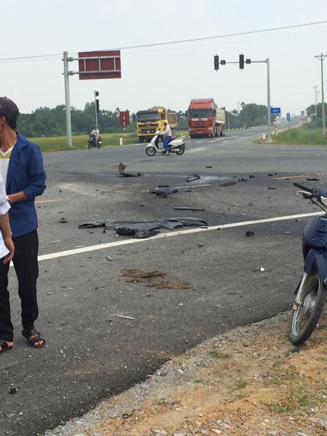 Các mảnh vỡ của chiếc Audi Q5 nằm rải rác trên mặt đường. Ảnh: Lại Văn Cường