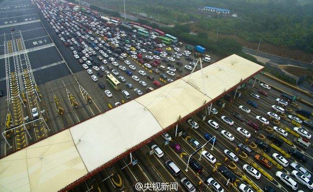 Những chiếc ô tô nối hàng dài tại trạm thu phí trên cầu Second Nanjing Yangtze Bridge