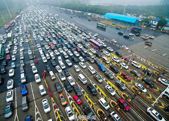 Cây cầu dây văng thuộc hàng dài nhất thế giới oằn mình chứa lượng ô tô lớn.