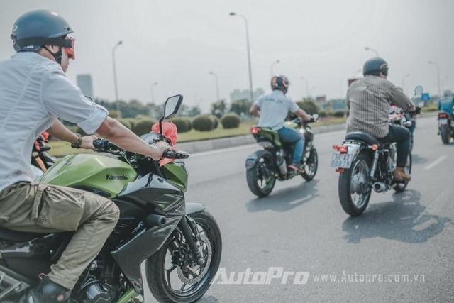 Vào dịp cuối tuần vừa qua, tại Hà Nội đã diễn ra đám cưới của một biker. Ngày vui này đồng thời trở thành cơ hội tụ họp của một nhóm biker khi cùng nhau lái mô tô phân khối lớn để hộ tống chiếc xe hoa của chú rể đi đón dâu. Được biết, đoàn xe có hơn 20 chiếc mô tô đều của những biker chơi trong một nhóm xe phân khối lớn tại thủ đô.